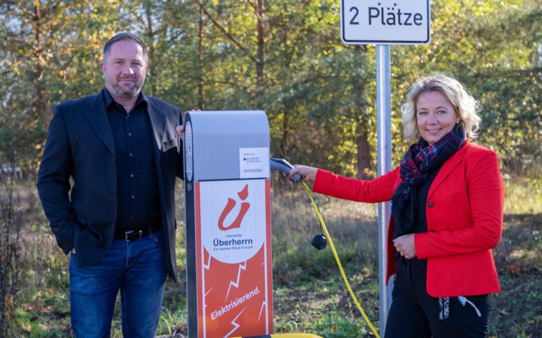 Elektromobilität: KDÜ GmbH und Gemeinde Überherrn installieren die ersten beiden E-Ladestationen in unserer Gemeinde